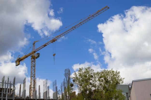 Dźwigi budowlane i budynki na niebie
