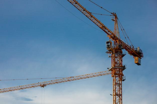 Dźwigi pracujące na budowie