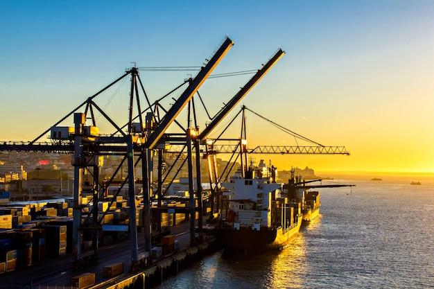 Dźwigi pracujące na statkach towarowych, stocznia w lizbonie, portugalia