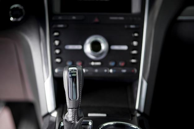Dźwignia automatycznej skrzyni biegów - komfortowa jazda samochodem wnętrza suv