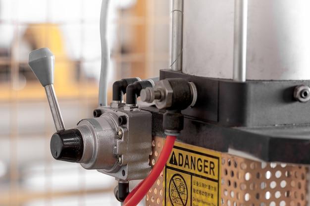 Dźwignia i mechanizm do sterowania maszyną w produkcji