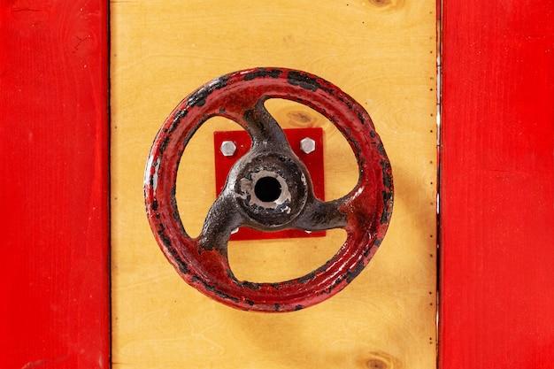 Dźwignia zamykająca w kształcie koła. zawór na drzwiach.