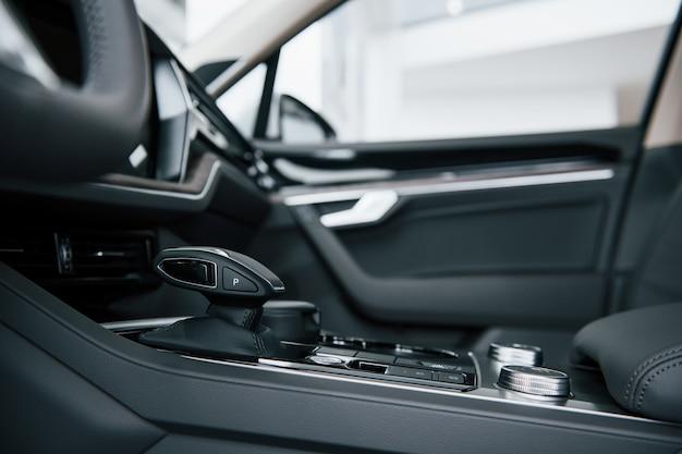 Dźwignia zmiany biegów. zamknij widok wnętrza nowego, nowoczesnego samochodu luksusowego