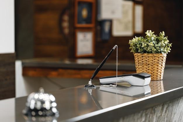 Dzwon usługi hotelowej na kontuarze recepcji z bliska