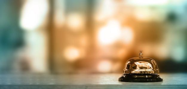 Dzwonek na ladzie do obsługi z rozmytym tłem