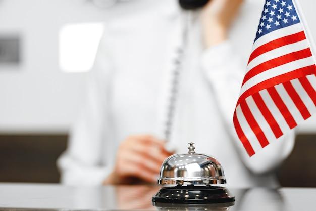 Dzwonek obsługi hotelu na ladzie w recepcji