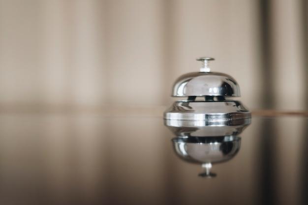 Dzwonek serwisowy w recepcji hotelowej z miejscem na kopię