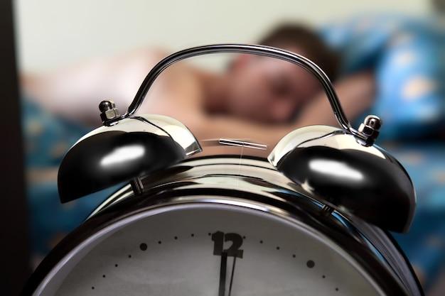 Dzwoni budzik budzi się
