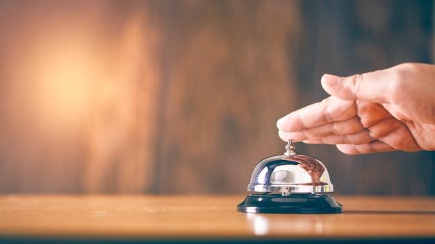 Dzwoni rocznika dzwonkowa usługa z ręką