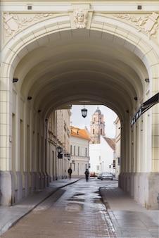 Dzwonkowy wierza st john kościelny widok przez łuku, vilnius, lithuania