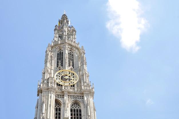 Dzwonnica katedry najświętszej marii panny, w stylu gotyckim, jest katedrą rzymskokatolicką w antwerpii w belgii