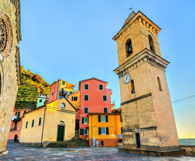 Dzwonnica kościoła san lorenzo w manaroli w cinque terre we włoszech
