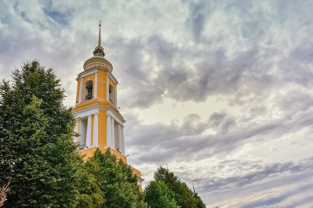 Dzwonnica na placu katedralnym żółta dzwonnica