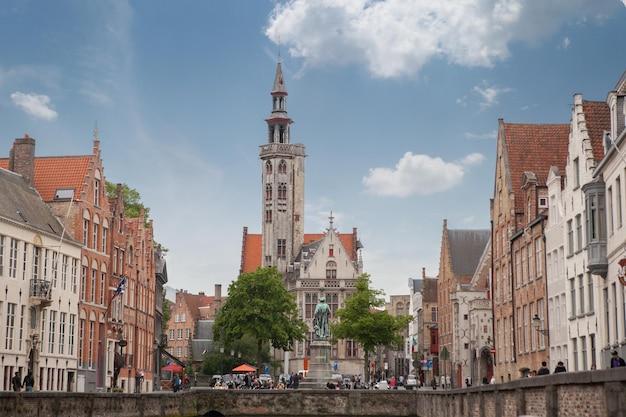 Dzwonnica w brugii to średniowieczna dzwonnica w historycznym centrum brugii w belgii