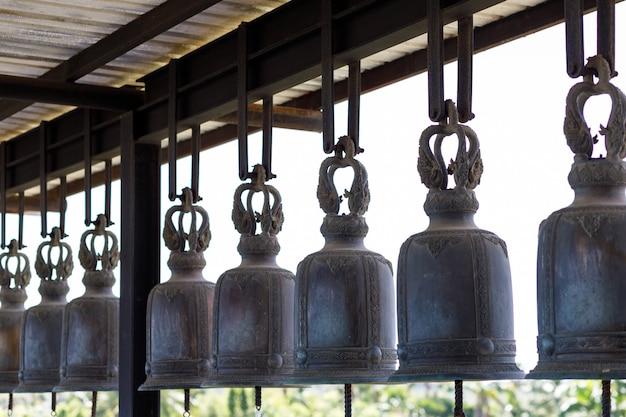Dzwony kościelne, strzał z boku w świątyni.