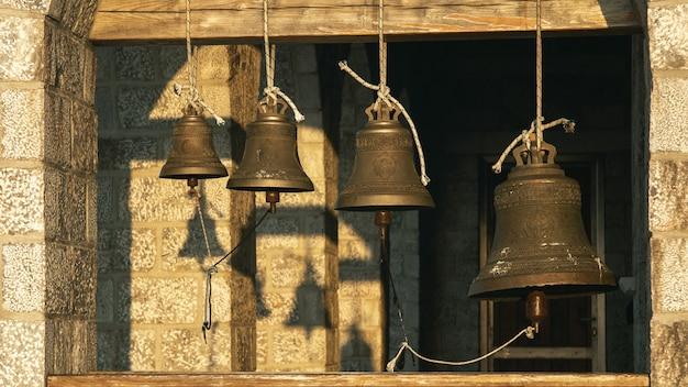 Dzwony w kościele na górze athos w promieniach sinrise. holy mountain, grecja