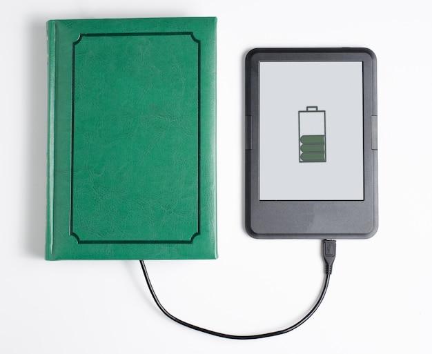 E-book i książka połączona kablem