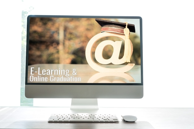 E-learning lub edukacja online, przy pomysłach na logo maila dla absolwentów studiów za granicą na międzynarodowym uniwersytecie w monitorze komputera stacjonarnego. badanie certyfikatu może uczyć się na całym świecie dzięki technologii internetowej