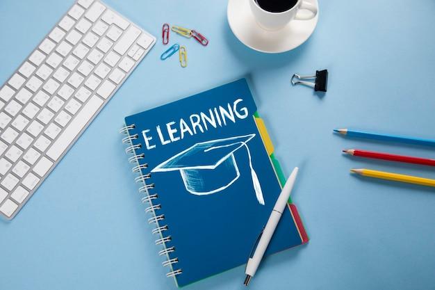 E-learning na notatniku z klawiaturą na stole roboczym