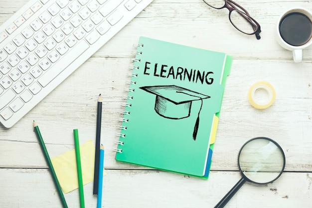 E-learning na notatniku z klawiaturą na stole