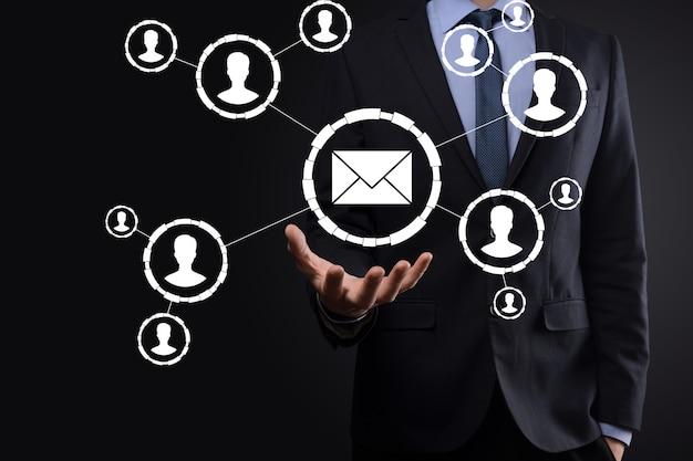 E-mail i ikona użytkownika, znak, koncepcja marketingu symboli lub biuletynów, diagram wysyłanie wiadomości e-mail. poczta zbiorcza. koncepcja marketingu e-mail i sms. schemat sprzedaży bezpośredniej w biznesie. lista klientów do mailingu.