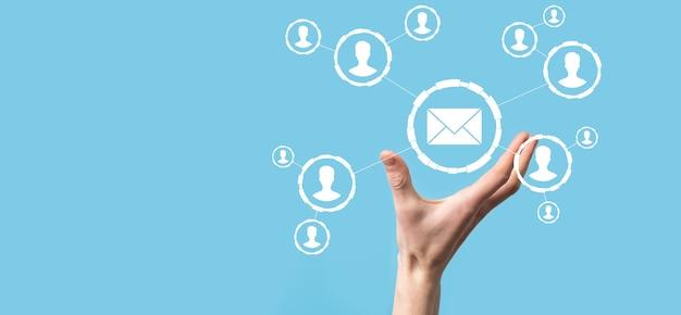 E-mail i ikona użytkownika, znak, koncepcja marketingu symboli lub biuletynów, diagram wysyłanie wiadomości e-mail. poczta zbiorcza. koncepcja marketingu e-mailowego i sms