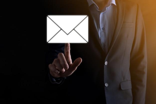 E-mail i użytkownik ikona, znak, koncepcja marketingu symboli lub biuletynu, schemat. wysyłanie wiadomości e-mail. poczta masowa. koncepcja marketingu e-mail i sms. schemat sprzedaży bezpośredniej w biznesie. lista klientów do mailingu.