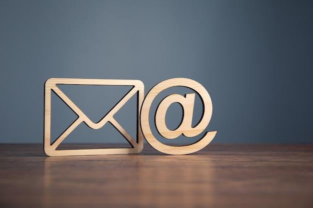 E-mail na symbol i na kopercie