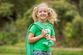 Eco życzliwa mała dziewczynka ono uśmiecha się kamera