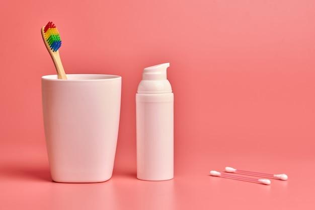 Eco bambusowa szczoteczka do zębów, krem do twarzy i patyczki kosmetyczne. narzędzia do higieny osobistej do ochrony jamy ustnej, twarzy i uszu