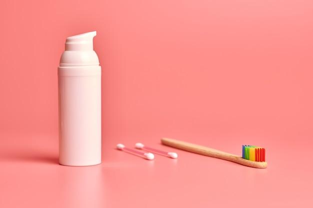 Eco bambusowa szczoteczka do zębów, krem do twarzy i patyczki kosmetyczne. środki higieny osobistej do ochrony jamy ustnej, pielęgnacji twarzy i uszu