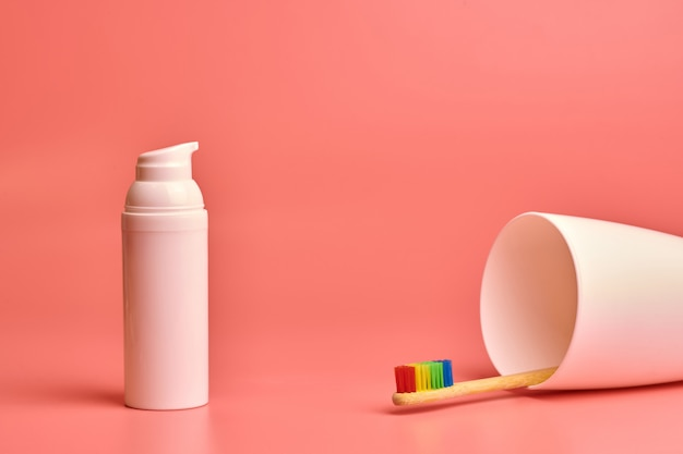 Eco szczoteczka do zębów i krem do twarzy. narzędzie do higieny osobistej do ochrony jamy ustnej i pielęgnacji twarzy.