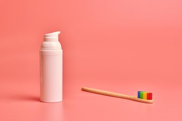 Eco szczoteczka do zębów i krem do twarzy. środek higieny osobistej do ochrony jamy ustnej i pielęgnacji twarzy.