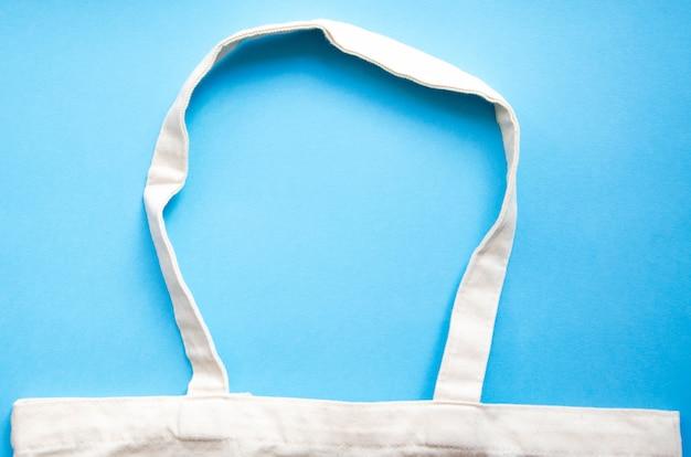 Eco torba na błękitnym tle. ekologiczna torba w kolorze makro. kopiuj przestrzeń