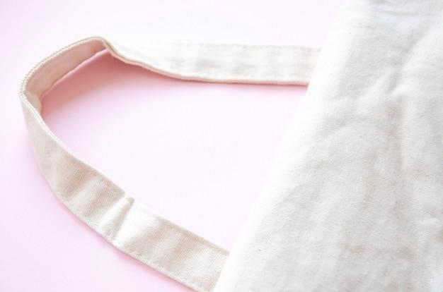 Eco torba na różowym tle. ekologiczna torba w kolorze makro. kopiuj przestrzeń