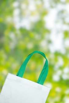 Eco torba na zakupy na zielonym natury tle