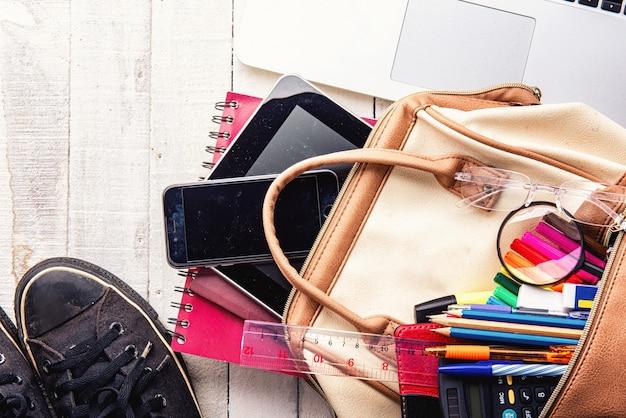 Edukaci wakacje i podróży pojęcie na białym drewnianym tle z kopii przestrzenią.