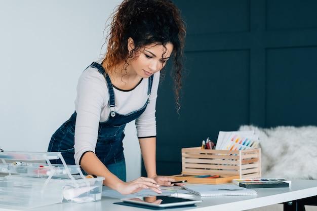 Edukacja artystyczna na odległość. pani rysująca z samouczkiem wideo na tablecie, doskonaląca umiejętności.