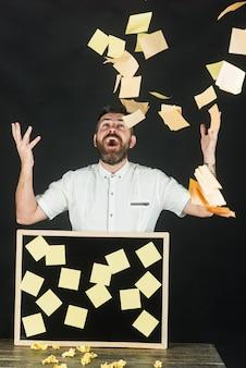 Edukacja biznes notatki naklejki przypomnienie koncepcja pamięci wesoły szczęśliwy przystojny brodaty mężczyzna rzuca