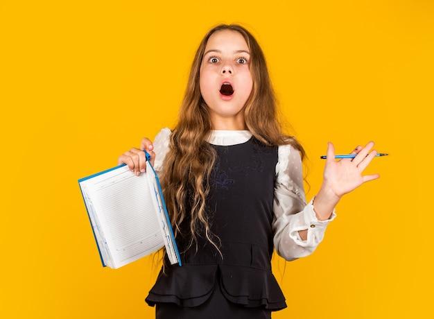 Edukacja dla dzieci. koncepcja edukacji szkolnej. trudne zadanie. zadanie domowe. pisanie notatek. styl życia frajerów. dziewczyna studiuje. podstawowa edukacja. umiejętności i wiedza. student z książką. nauka języka obcego.