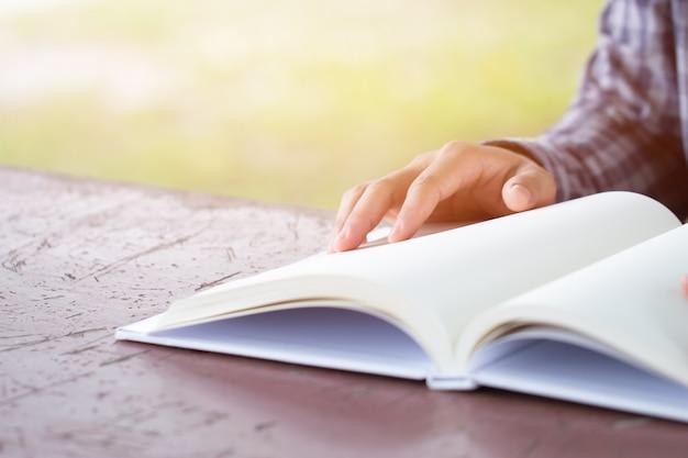 Edukacja dorosłych nauka koncepcja studiu szczęśliwy azjatycki inteligentny człowiek siedzi czytanie książki