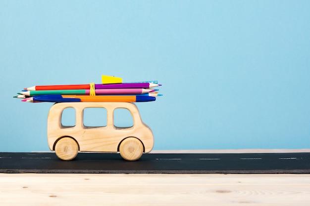 Edukacja dzieci. autobus zabawka przewozi ołówki