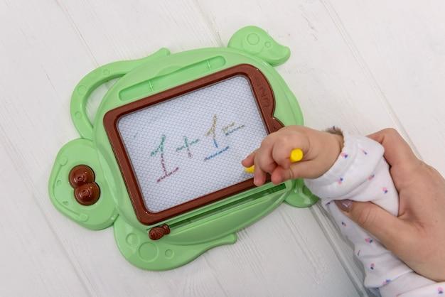 Edukacja dziecka z plastikową tablicą magnetyczną wielokrotnego zapisu