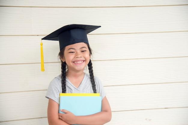 Edukacja dziewczyna nosić czapkę