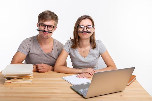 Edukacja i koncepcja ludzi para młodych uczniów w okularach wygląda tak, jakby się nudzili