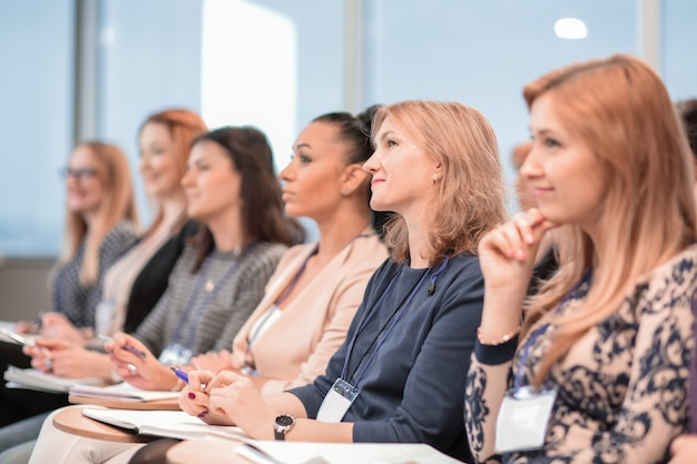 Edukacja konferencja i prezentacja publiczność w sali konferencyjnej