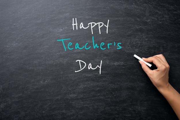 Edukacja lub powrót do szkoły. kobiety ręki mienia kreda na chalkboard