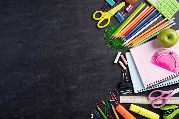 Edukacja lub powrót do szkoły koncepcja na tle tablicy