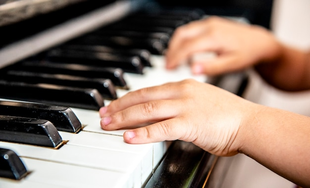 Edukacja muzyczna dziecinne ręce grają na pianinie
