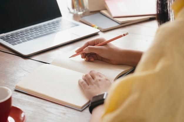 Edukacja online nauka lub koncepcja samokształcenia.